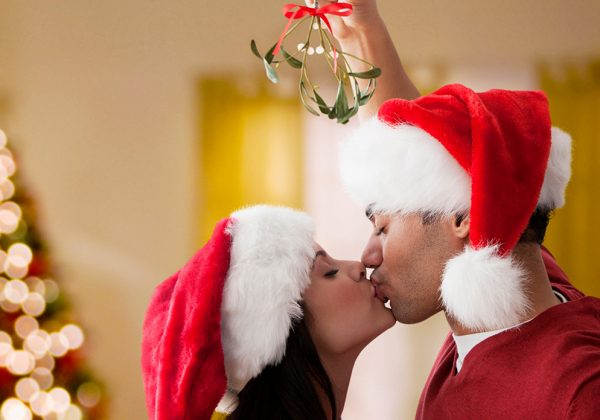 Besarse y quemar el muérdago en Navidad